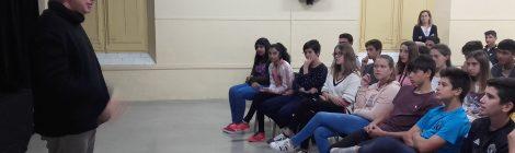 Visita del dramaturg israelí Roy Horovitz a l'escola per fer una  activitat sobre teatre i religió amb els alumnes de 3r d'ESO en anglès.